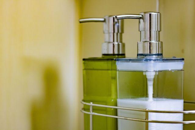 バスルームにあるシャンプーボトル