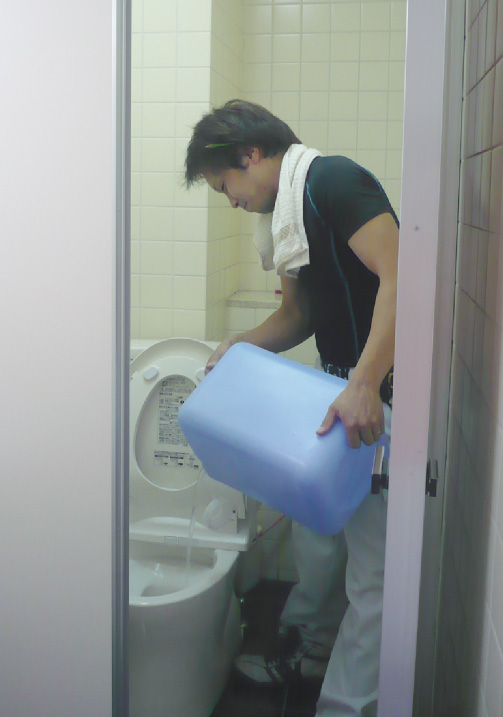 従来品:「悪臭・飛び散り耐えられません!!」従来品の排出方法は、タンク上部に排出口があり、内容物の排出が終了するまで手で支えなければならず、その苦痛は耐え難いものです。