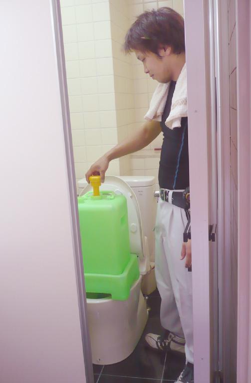 スポットトイレ:「シャフトをひねって放っておくだけ」タンク上部にあるシャフトを回すと、底部にある排出口から内容物が排出されますので、後は放置してタンクが空になるのを待つだけ!