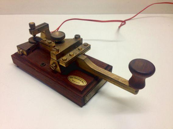 モールス信号を送るのに使用する電信機