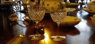 アンティークのワイングラスがあるディナーテーブル