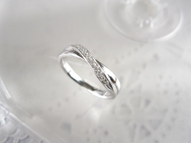 2連のクロスデザインに10ピースダイヤの贅沢な輝き