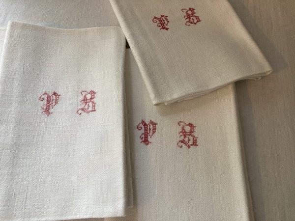 赤モノグラム刺繍ナフキンの画像