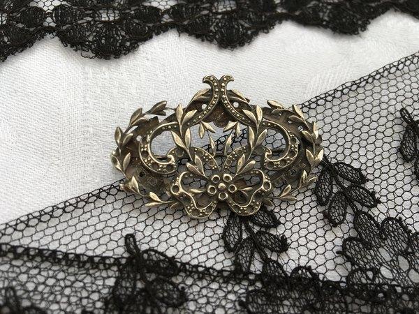 王冠風ブローチの画像