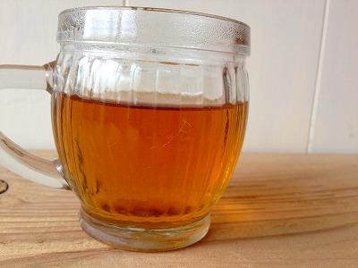 お茶の色はほんのり赤みのあるブラウン