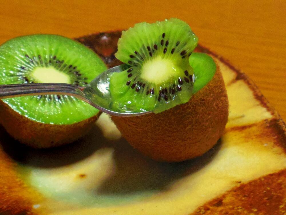 半分に切り、スプーンですくって食べると食べやすいです。