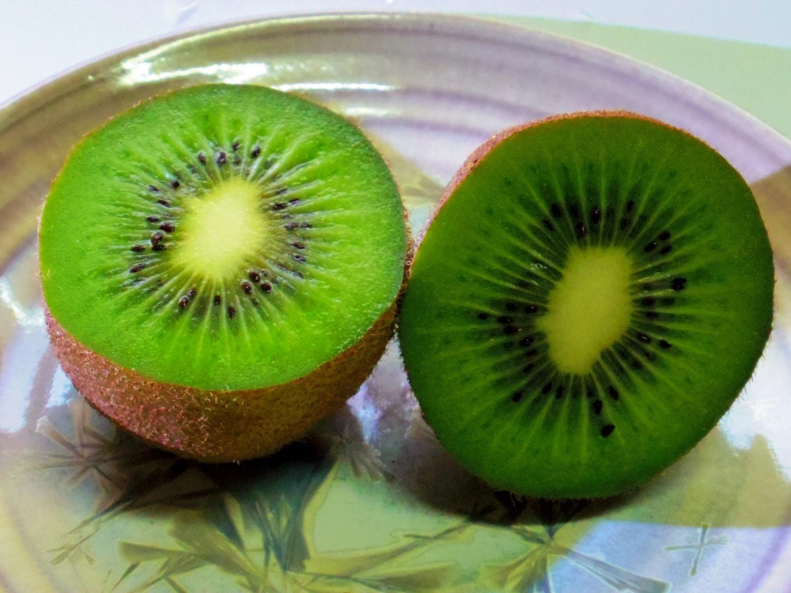 追熟完了。お好みの硬さ、甘さにして、お召し上がりください。半分に切り、スプーンですくって食べるのが、めんどくさくもなく食べやすいと思います。写真くらい追熟すると甘くなります。もう少ししっかりした食べごたえ、酸味がほしい方はもう少し前に追熟をやめて食べると、普通に販売しているくらいになります。