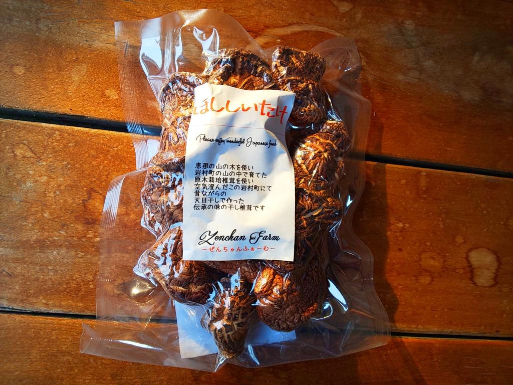 干し椎茸(原木栽培椎茸使用)/約50g/岐阜県恵那市岩村町産/昔から我が家で作っている方法で、天日干しで作りました。栽培期間中、化学農薬不使用、化学肥料不使用、原木栽培椎茸使用